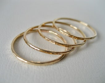 Extra tunn modern 14k gold filled ring med hamrad yta