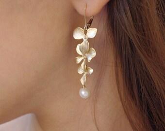 Guld örhängen långa med Swarovskipärlor och guldpläterade blommor i form av orkidéer