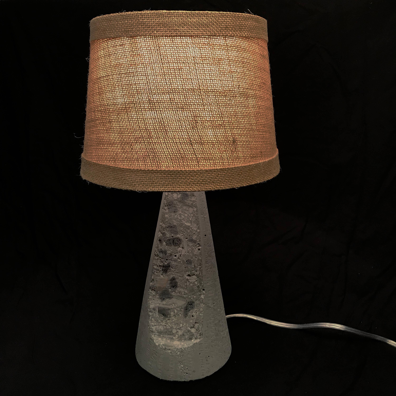 Lampe Iowa Ou En Wtexture Moderne Sans 2018 Béton À De Regrouper Fait L'ombre Coupe Gris Ag Pylône Décoration Avec W Table mNnvP0yw8O