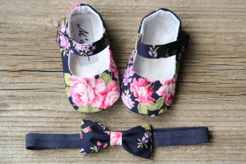 18f589af08069 Chaussons bébé bleu marine chaussures bébé floral bleu
