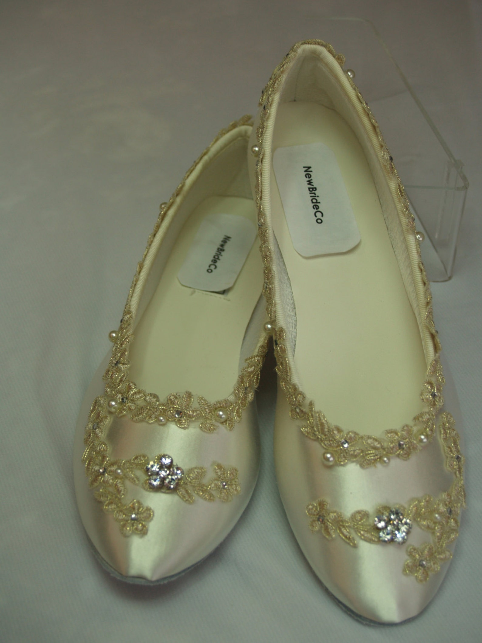 size 8 1/2 flats ivory w/ gold lace applique, wedding in ivory, ballet style slippers, flat closed toe shoes, victorian, gatsby