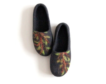 Felted women slippers, charcoal gray slippers with green tree, Valentines gift for her, wool clogs, home shoes, valenki, filz pantoffeln