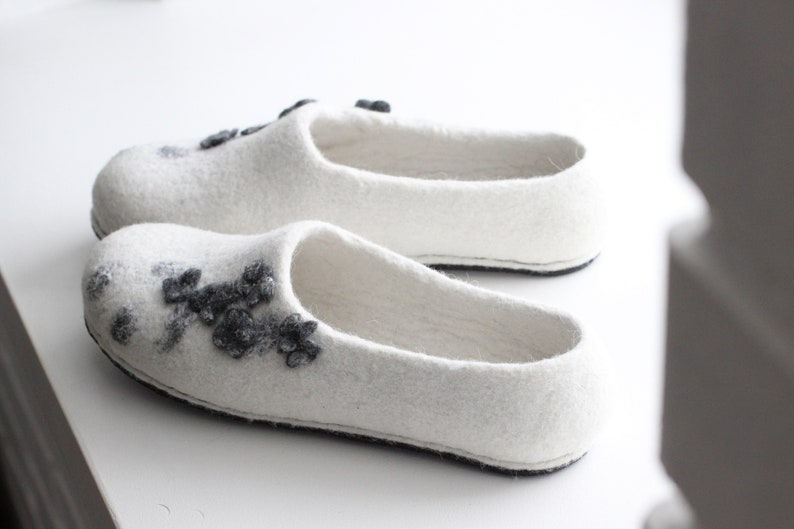 786f6dbbf164d White bride slippers. Women felted slippers with grey flowers. Weddings  gift.