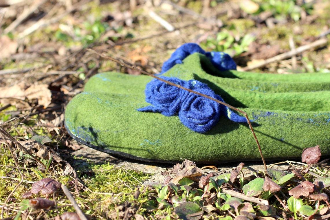 Zapatillas de mujer de lana merino natural. Las mujeres sentían zapatos de casa. Zapatillas verdes con rosas azules.