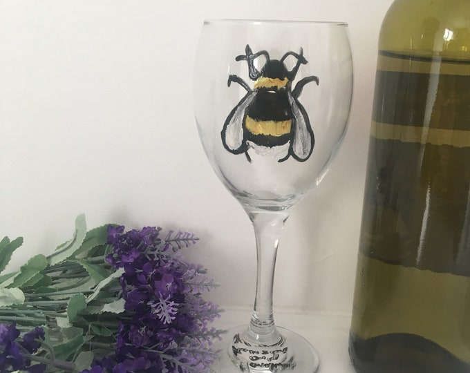 Bee, bumble bee, wine glass, hand painted, for bee lovers, for wine drinkers, for wine lovers