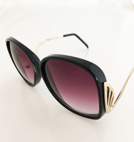 ba581b45f1f Decorative Black and Gold temple sunglasses Vintage A J