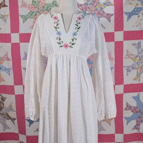 Vintage White Eyelet Lace Embroidered Cottagecore