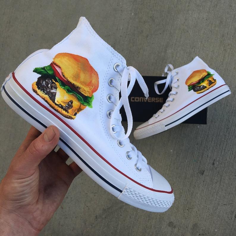 Peint à la main blanc Converse Chuck Taylor Hi hauts thème Cheeseburger