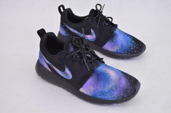 Nike Roshe Run - peint Galaxy Design sur mesure à la main 172f91b18aea