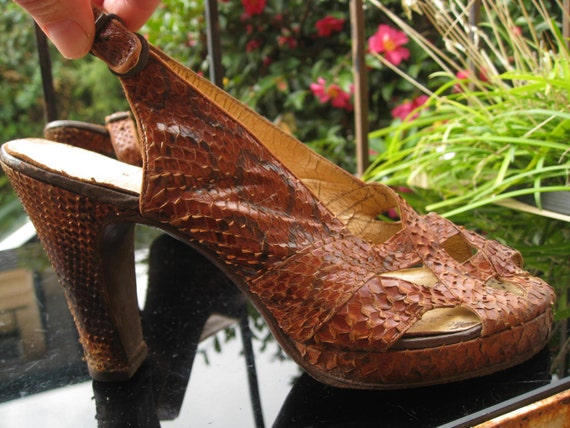 Brown 1940s snakeskin peep toe platform shoes / sa