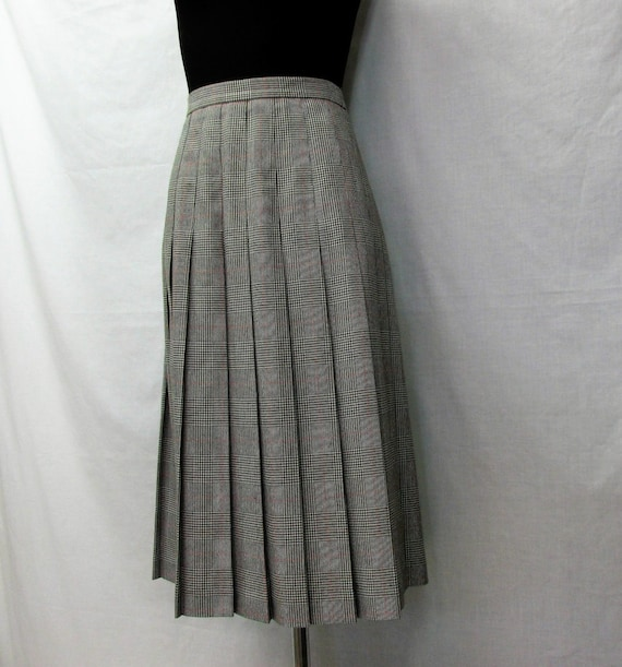 vintage clothing, womans A line pleated skirt, Worthington ,size 14 , petite ,name brand vintage, black houndstooth plaid ,zipper back