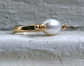 Lovely Vintage Pearl Ring in 14K Yellow Gold.