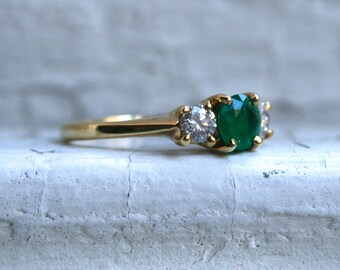 Beautiful Vintage 18K Yellow Gold Diamond and Emerald Ring - 0.92ct.