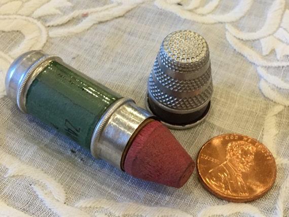 KIT de couture vintage. Porte aiguille de pin et de deux petites bobines de fil en Kit de et couture. Dé à coudre est le haut de la coque. Magasin de meubles Zarfos cadeau. c5482b