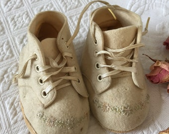 Vintage Felt Baby Shoes. Felt Shoes With Embroidered Flowers on the Toes. Off White Baby Shoes. Repurpose for Doll Shoes.