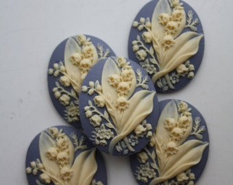 5 unset Flower bouquet cameos - Ivory on Purple - 30x40mm