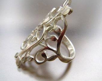 Rambling vine ring in silver