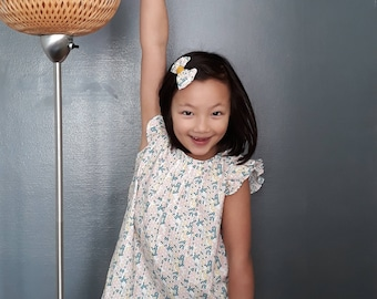 Mignonne petite robe avec sa jolie barrette assortie