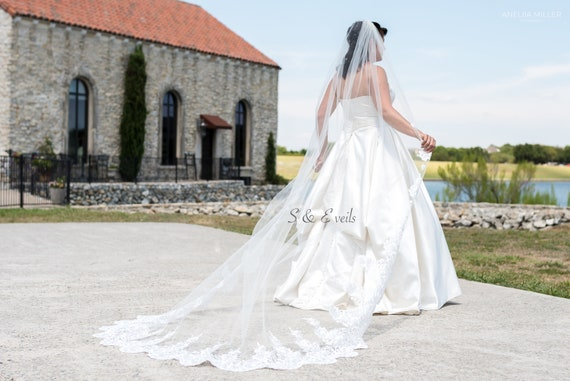 Long wedding veil with lace and appliques