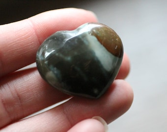 Jaspe polychrome en forme de coeur #83084