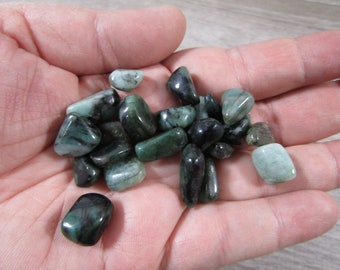 Emerald Very Small Tumbled Stone T518