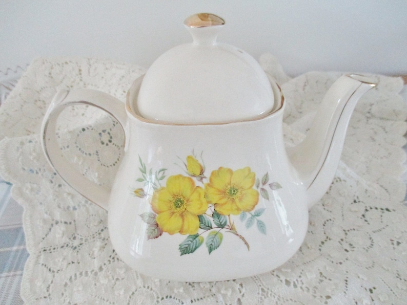 everyday teapot clean inside and out excellent condition simple shaped teapot hold 4-5 cups Sadler yellow floral teapot