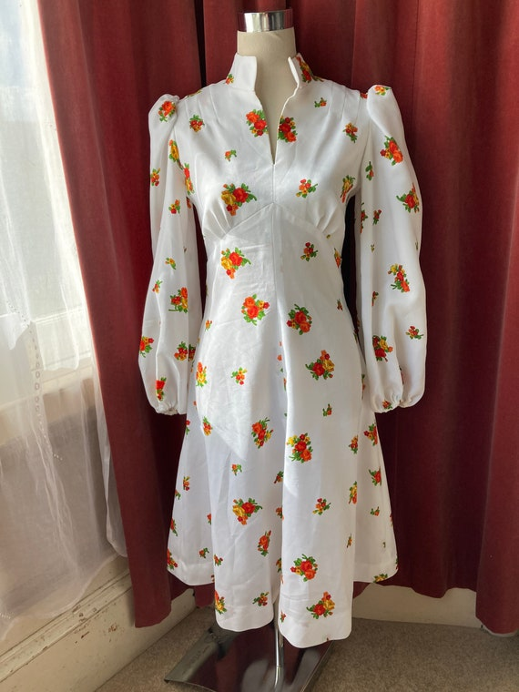 Vintage 70s white floral puff-sleeved dress / Stud