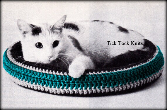 Free Crochet Cat Bed Patterns to make, cat caves, donuts, pouffes ... | 375x570