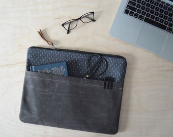 Laptop Sleeve with Zipper in Black Dot