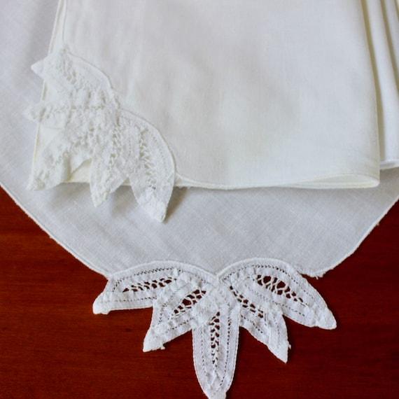 A Set of 4 Vintage White Cotton Linen and Battenburg Lace Cloth Napkins RBT3066