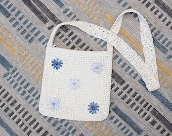 Vintage Early 2000s Y2K Crochet Crossbody Bag - White & Blue Floral Daisy Boho Straw Purse