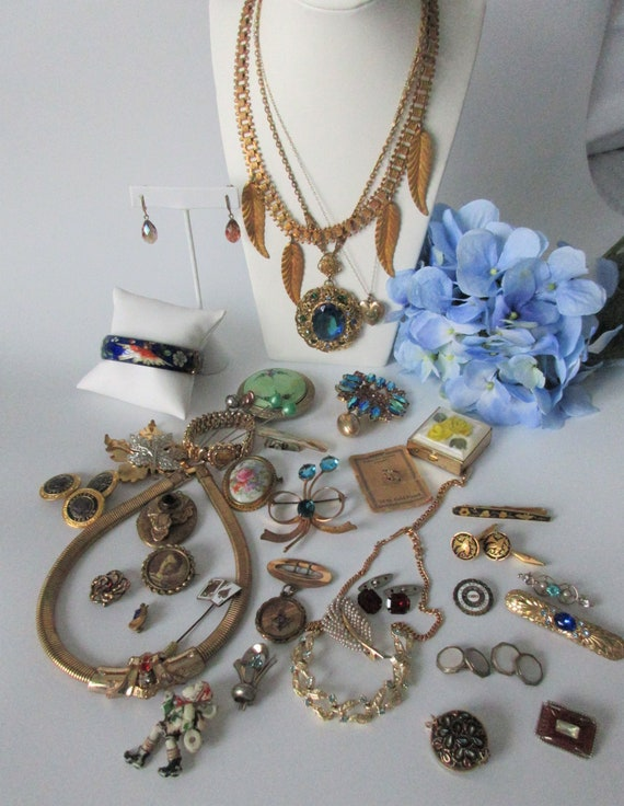 Large Lot of ~ VINTAGE Wearable JEWELRY LOT ~ Neck