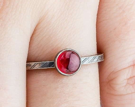 Red Garnet Gemstone Solitaire Ring // Silver blood red pinstripe striped gemstone solitaire single ring band January birthstone
