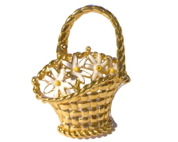 Daisy flower basket brooch pin, gold hatched basket with braided handle and spray of white and yellow flowers, gold floral pin