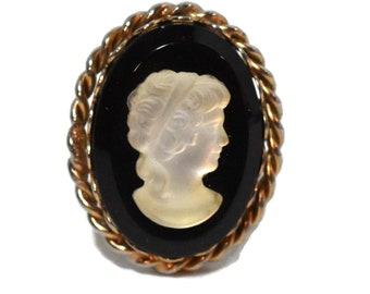 Glass cameo ring, white clear on black with rope border, adjustable to size 8 1/2