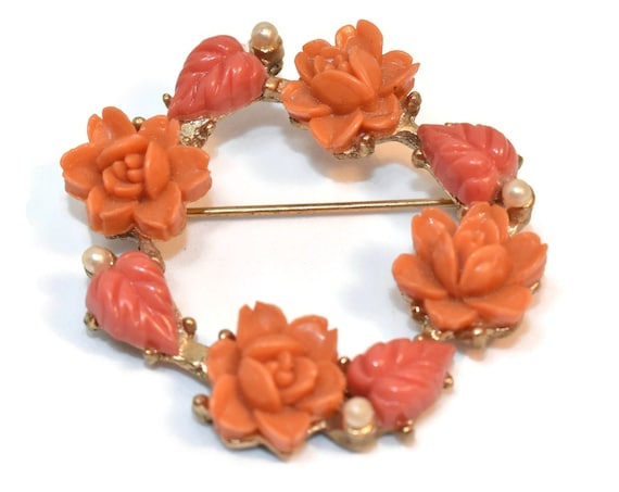 1950s coral rose circle brooch, roses and pearls form wreath pin, light coral flowers alternate with darker coral leaves with a pearl