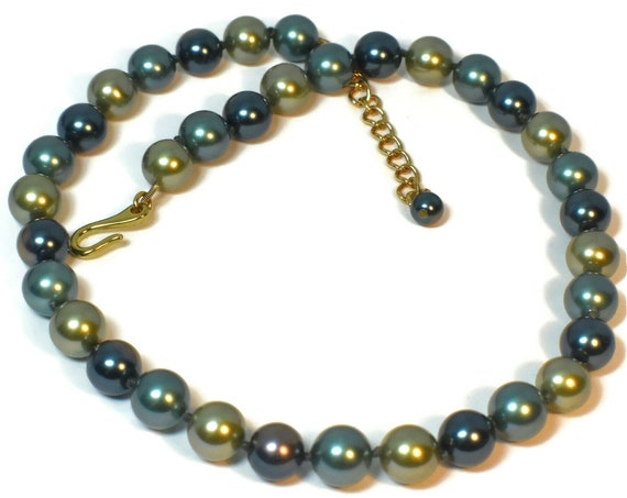Green glass pearl choker, shades of green, hand-knotted necklace, hand made vintage, pearl dangle at end of the extender, gold plated