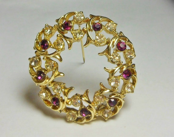 Rhinestone circle pin brooch with gold leaves, late 1950s early 60s, amethyst and clear rhinestones, gold plated