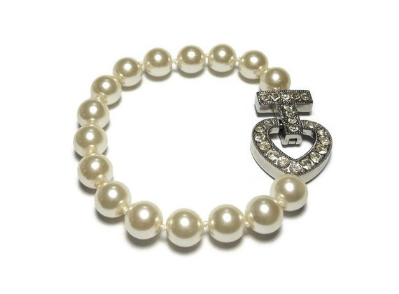 Pearl wedding bracelet, creamy white hand tied glass pearls with a rhinestone heart, silver plated magnetic clasp vintage