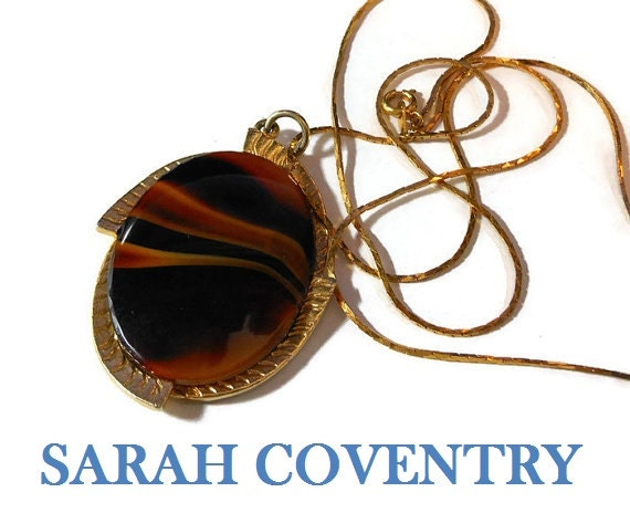 Sarah Coventry pendant, Carameltone 1974 collection, tiger's eye swirled art glass stone pendant with gold frame and chain