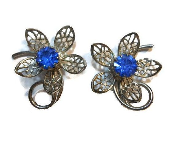 Cornflower blue floral earrings rhinestone center with silver tone filigree daisy petals, clip earrings