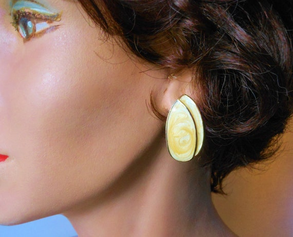 Butterscotch enamel earrings, yellow swirl iridescent teardrop pierced earrings gold tone.