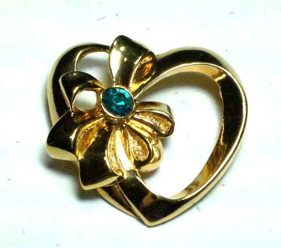 FREE SHIPPING Avon heart brooch, Birthstone Ribbon Bow, Heart Gold Tone,  Faux emerald pin, May birthstone heart with bow.