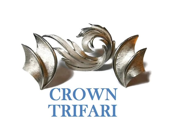 Crown Trifari brooch earrings, silver swirls flash light, textured brushed effect, satin trim of brooch and clip earrings