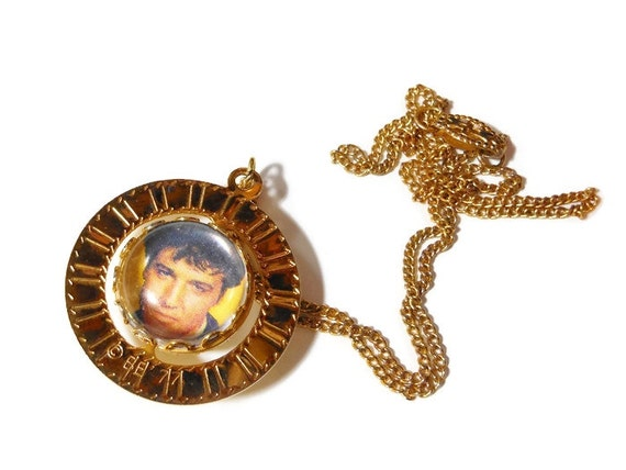 Elvis Presley pendant necklace, 1977 glass ball photo spinning gold tone round frame, King of Rock and dates on reverse