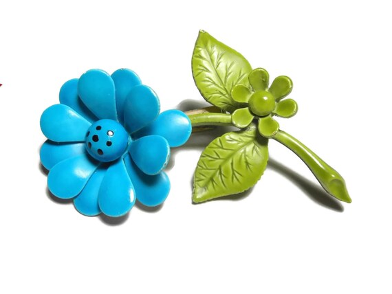 Blue daisy brooch, blue floral pin, blue petals, black dots center, green stem, enamel flower pin, small green daisy, mod hippie 60s