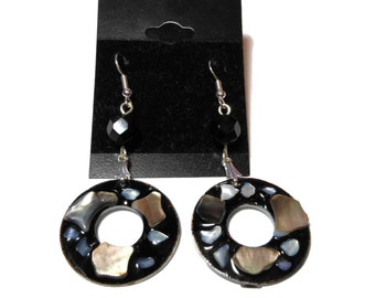 Black lip shell earrings, mother of pearl, lip shell in black resin, vintage glass beads, silver plated, donut shaped pierced