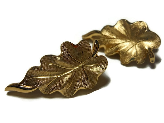 Monet earrings 1940s early 50s leaf earrings brushed gold clip earrings, great detail