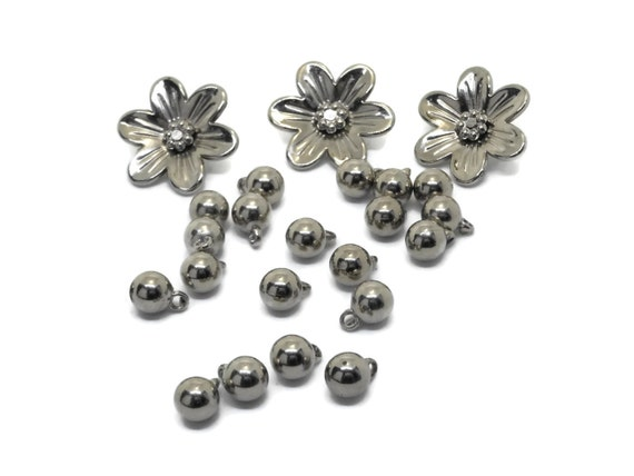Bead project set, silver coated plastic beads, 20 7mm ball dangle beads, 3 daisy flower beads, perfect for a project.