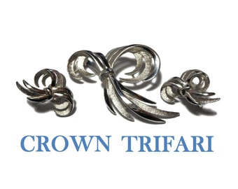 Crown Trifari brooch earrings, silver bows flash light, textured brushed effect and the satin trim of brooch and clip earrings